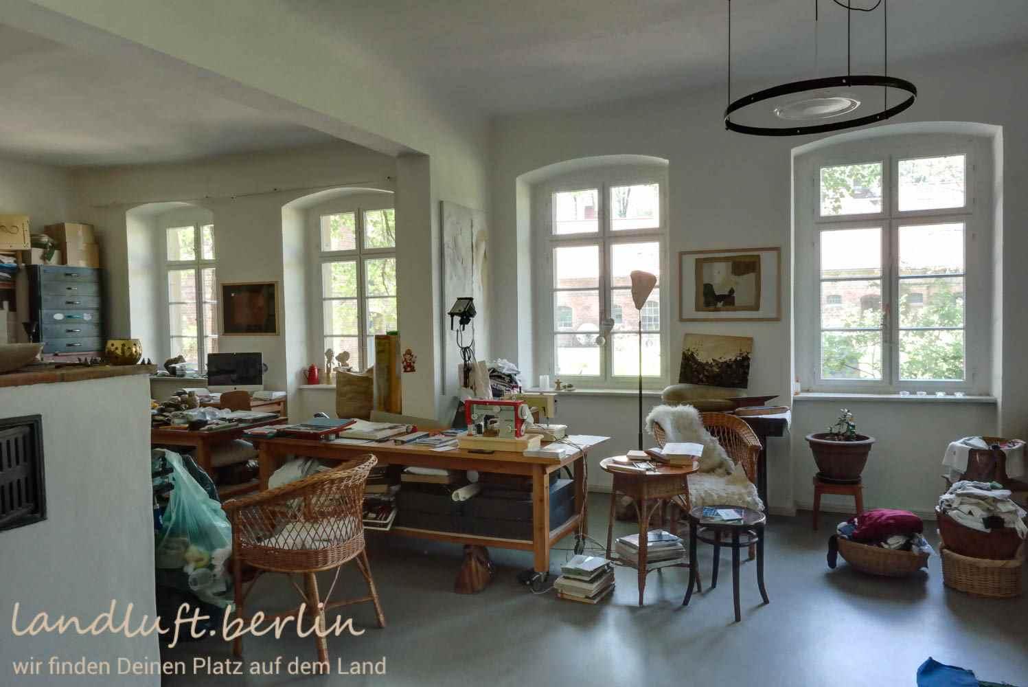 atelierfenster zum hof. Black Bedroom Furniture Sets. Home Design Ideas